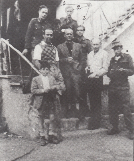 Nella foto del 25 Aprile 1945 si vedono i tre tedeschi che furono fatti prigionieri con il Tenente Gunther il 24 Aprile a Stresa. I tre, in basso da destra a sinistra, sono invece i tedeschi che da tempo collaboravano con i partigiani. Il tenente Guther era già stato fucilato